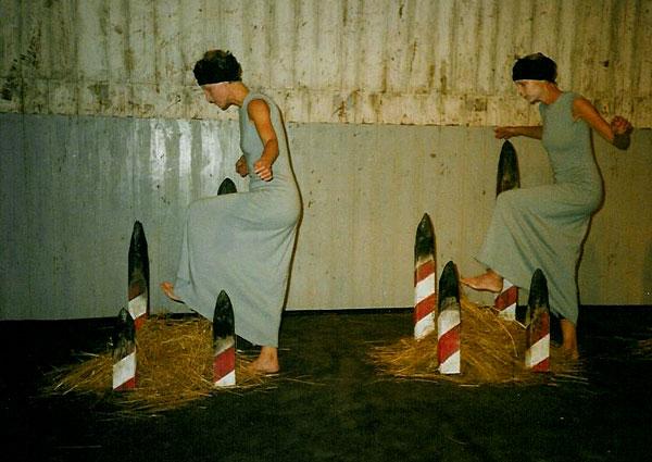 Vid Gräns V - Båtsmanskasernen, Bo93, Karlskrona 1993. Installation: Kåre Holgerson. Dans: Anne Külper, Ingrid Olterman. Musik: Sten Sandell