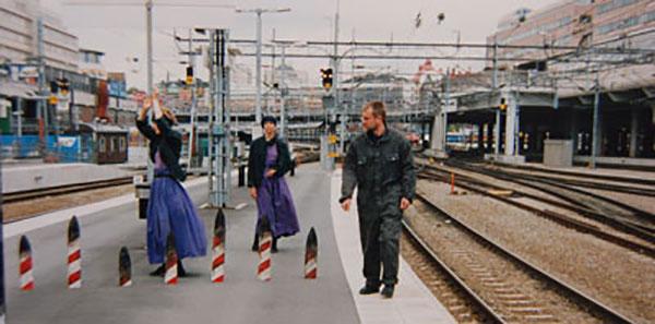 Tiger på stan - Stockholm 1991. Installation: Kåre Holgerson. Dans: Anne Külper, Ingrid Olterman. Musik: Sten Sandell